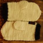 Svart och vit mössa av 100% ekologisk ull