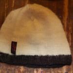 Svart och vit mössa av 100% ekologisk ull av L.O.O.Y (Label of Oganic Yarn ur Järbo Garns sortiment.)