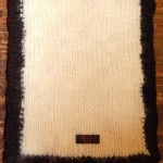 Svart och vit halsduk av ekologisk ull.